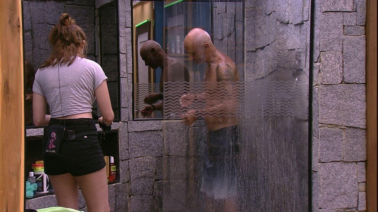 Ayrton entra no banho e percebe que não tirou o microfone