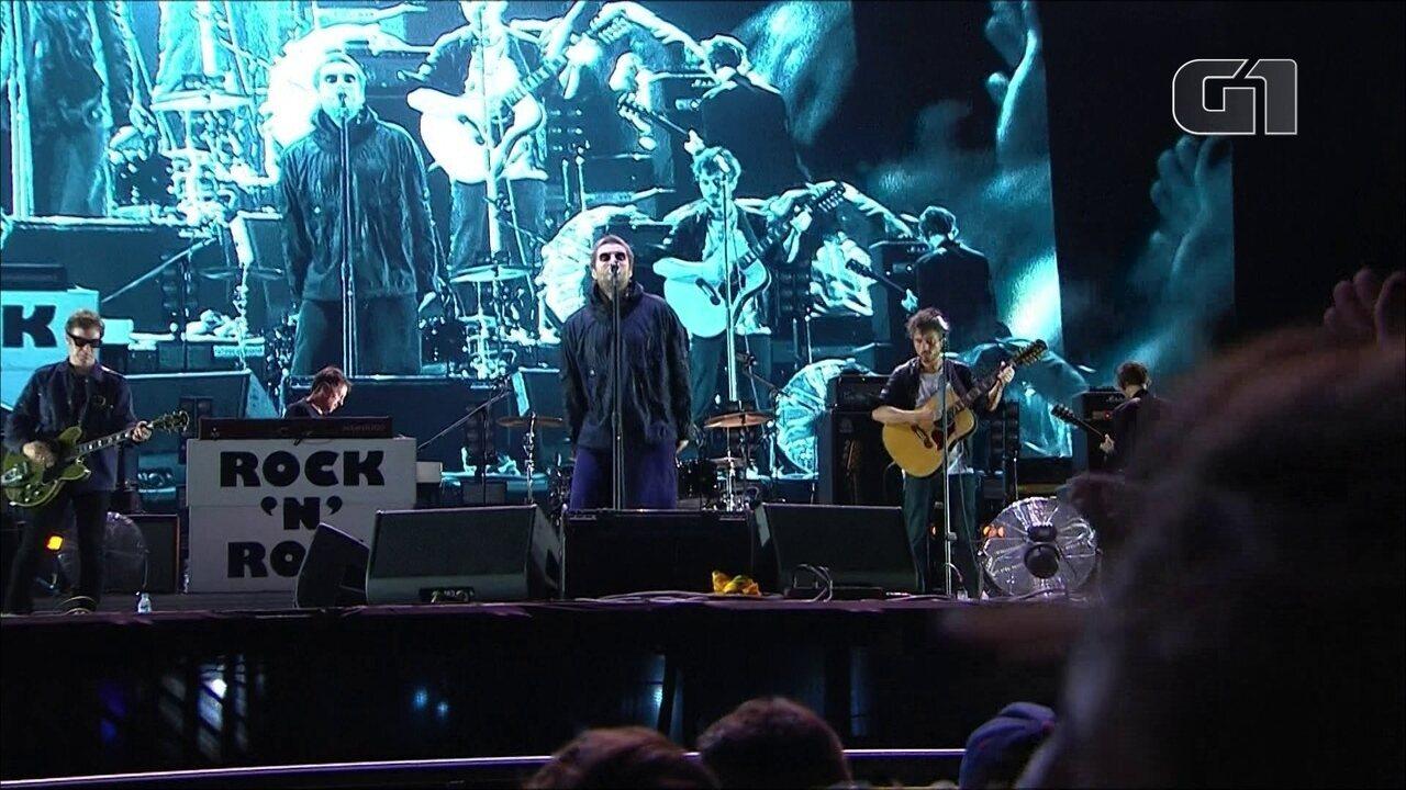 """Liam Gallagher canta """"Live Forever"""" no palco Budweiser, no 3º dia de Lollapalooza"""