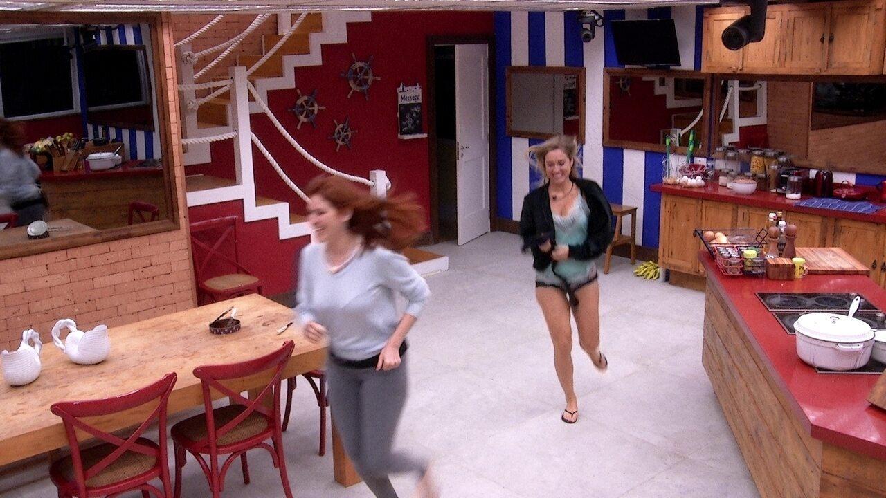 Jéssica e Ana Clara saem correndo do Quarto Tropical