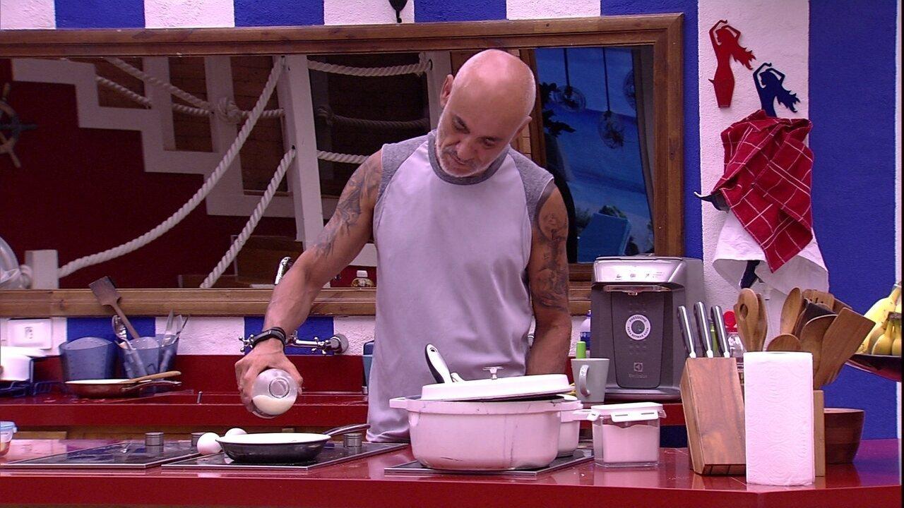 Ayrton prepara ovos com leite