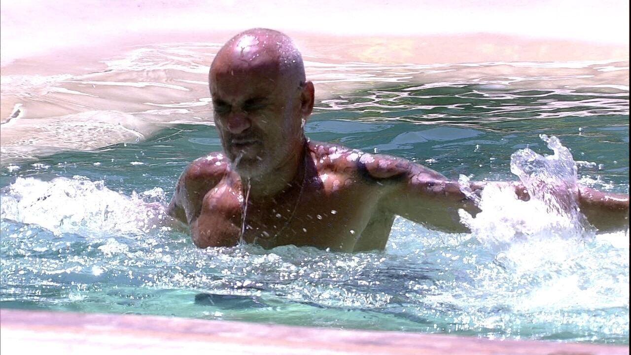 Ayrton tenta aprender nado borboleta com Breno