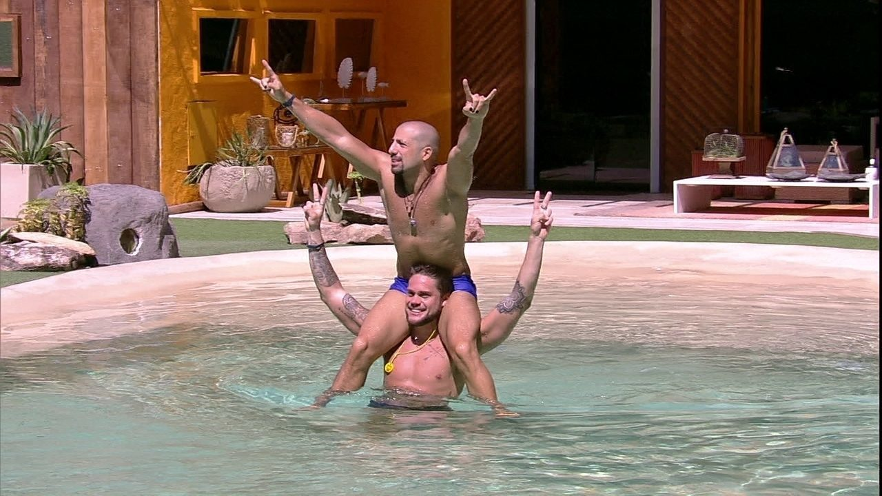 Kaysar e Breno brincam na piscina