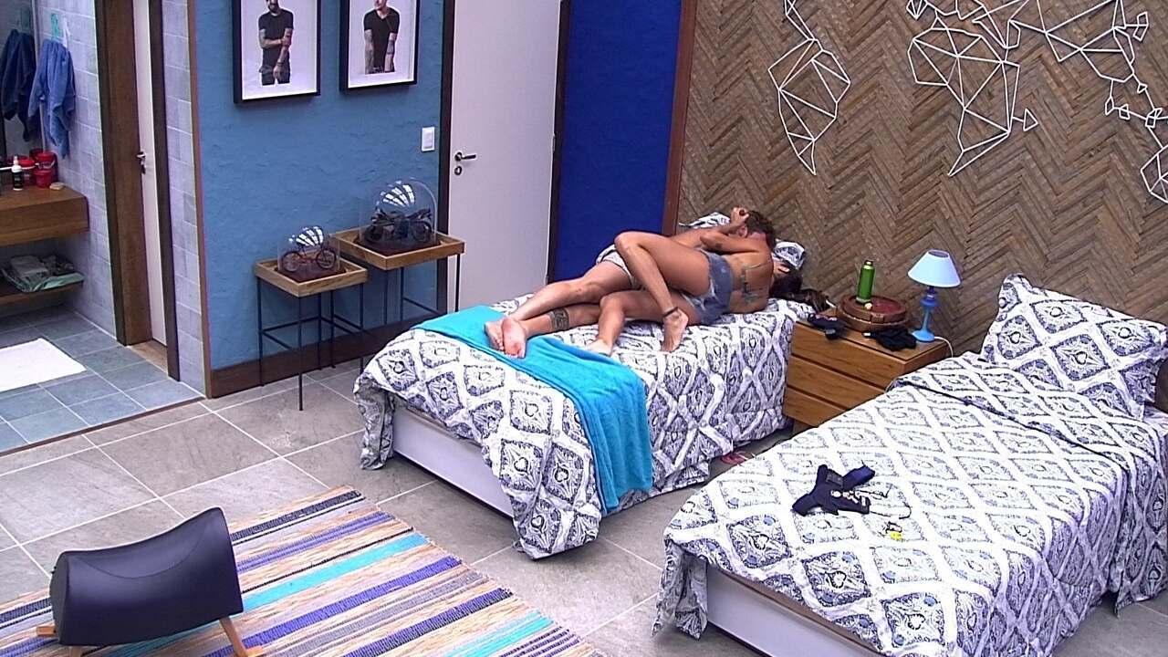 Paula e Breno se abraçam no Bangalô do Líder