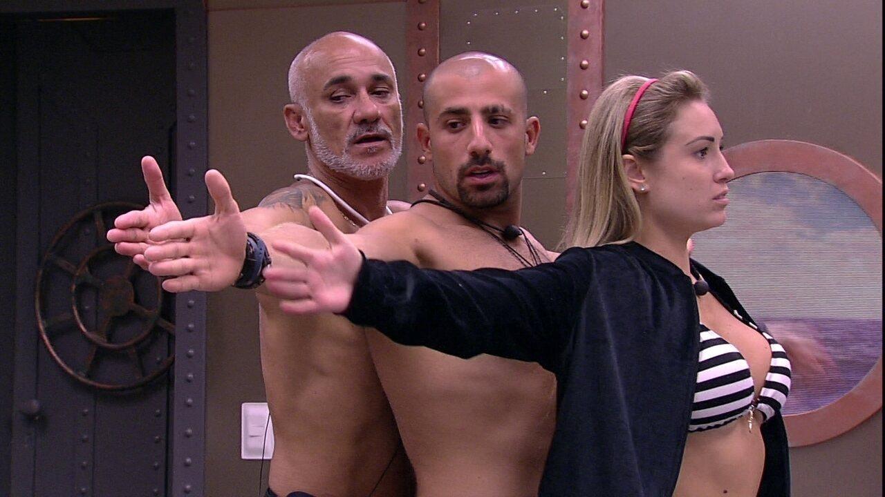Jéssica, Kaysar, Ayrton e Gleici comparam o tamanho de seus braços