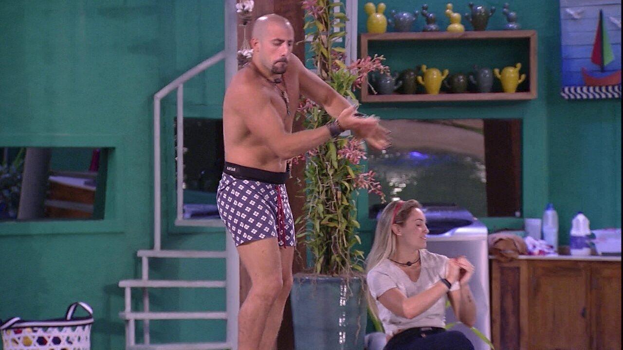 Kaysar e Jéssica dançam animados no deck da piscina