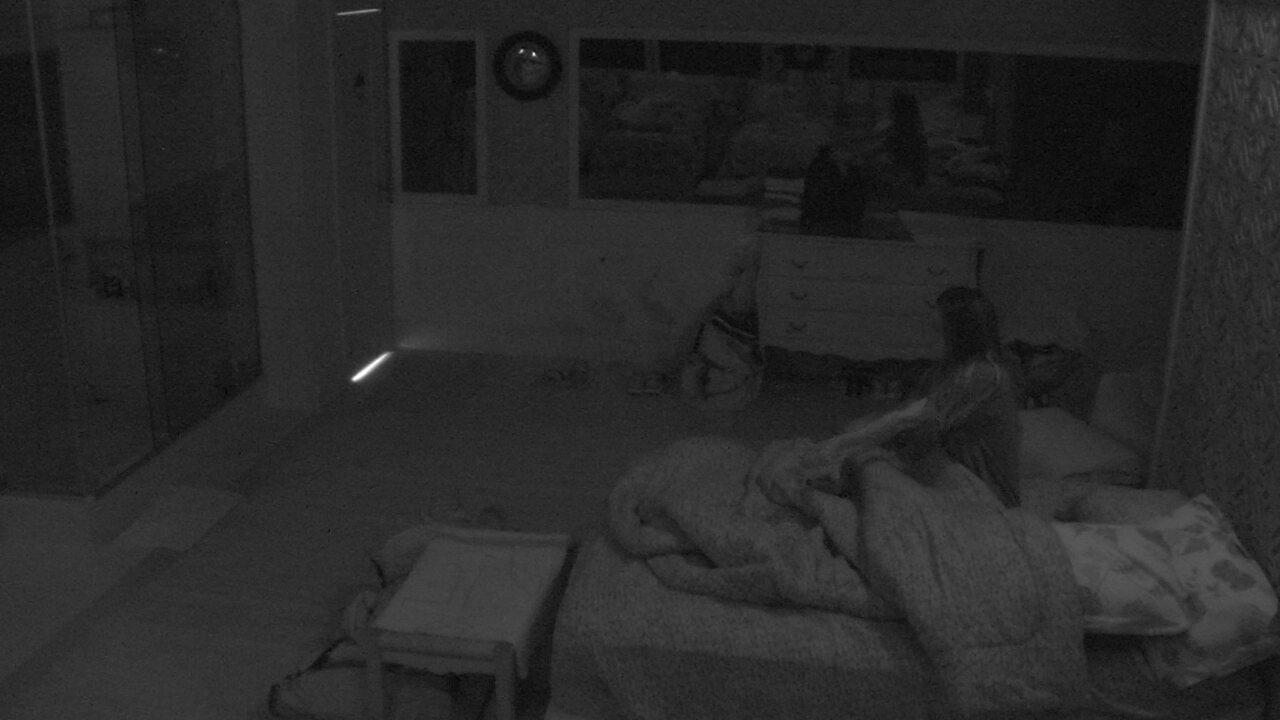 Paula deita sozinha em cama de casal do Quarto Tropical
