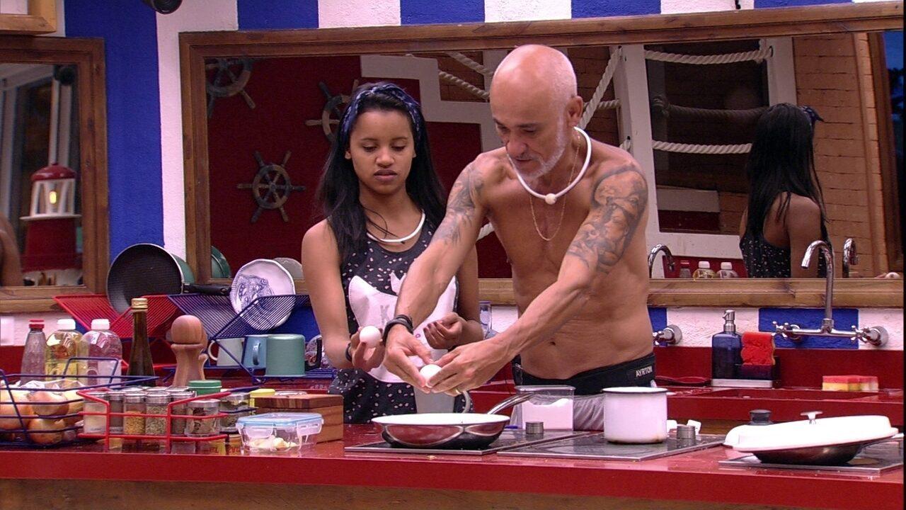 Ayrton oferece omelete com ovo para Gleici: 'É igual de hotel'