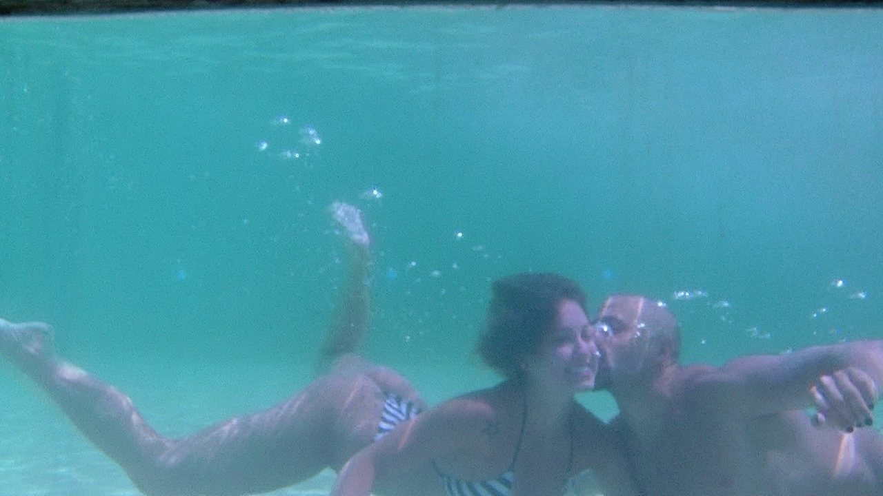 Kaysar beija Jéssica embaixo da água