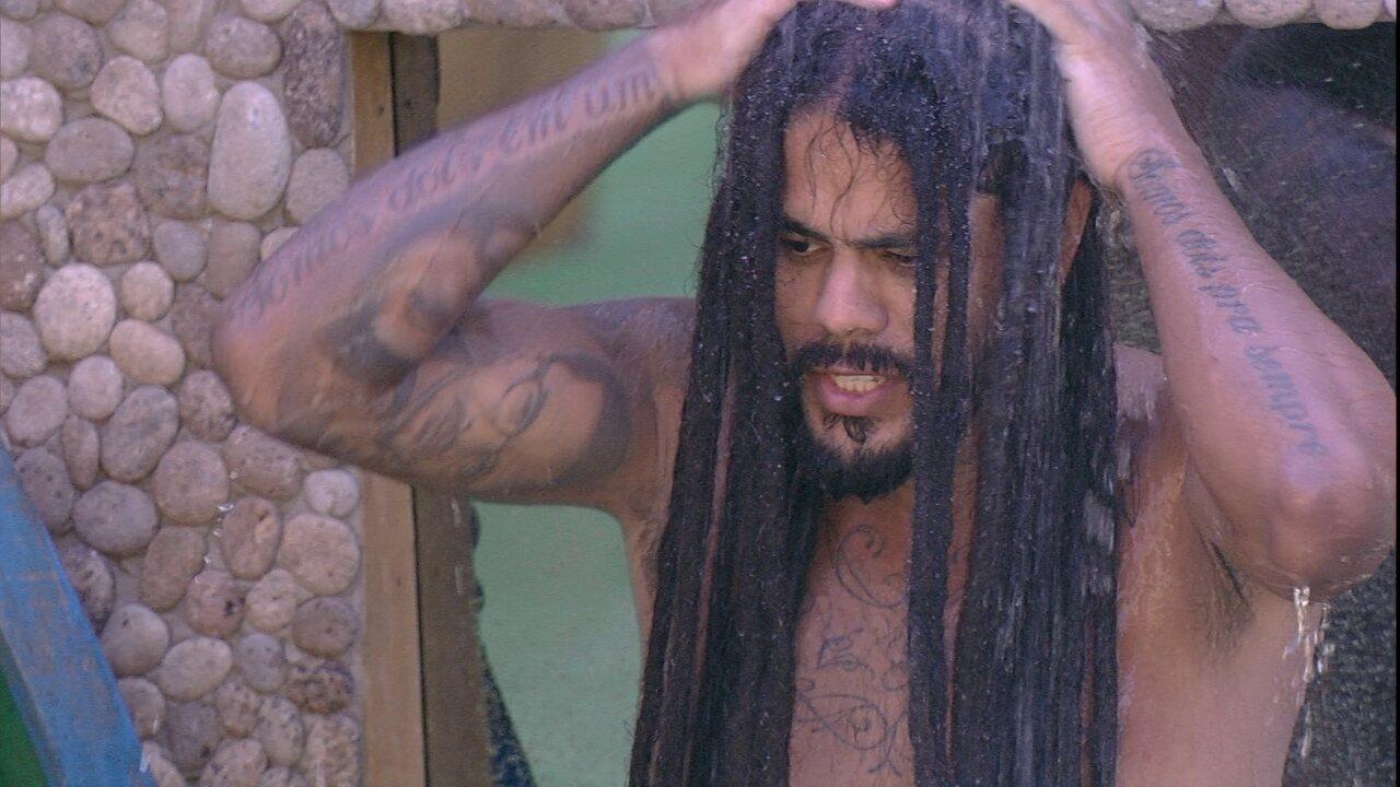 Viegas lava os cabelos na área externa: 'Tem uns caras que tem o dread maior que o meu'