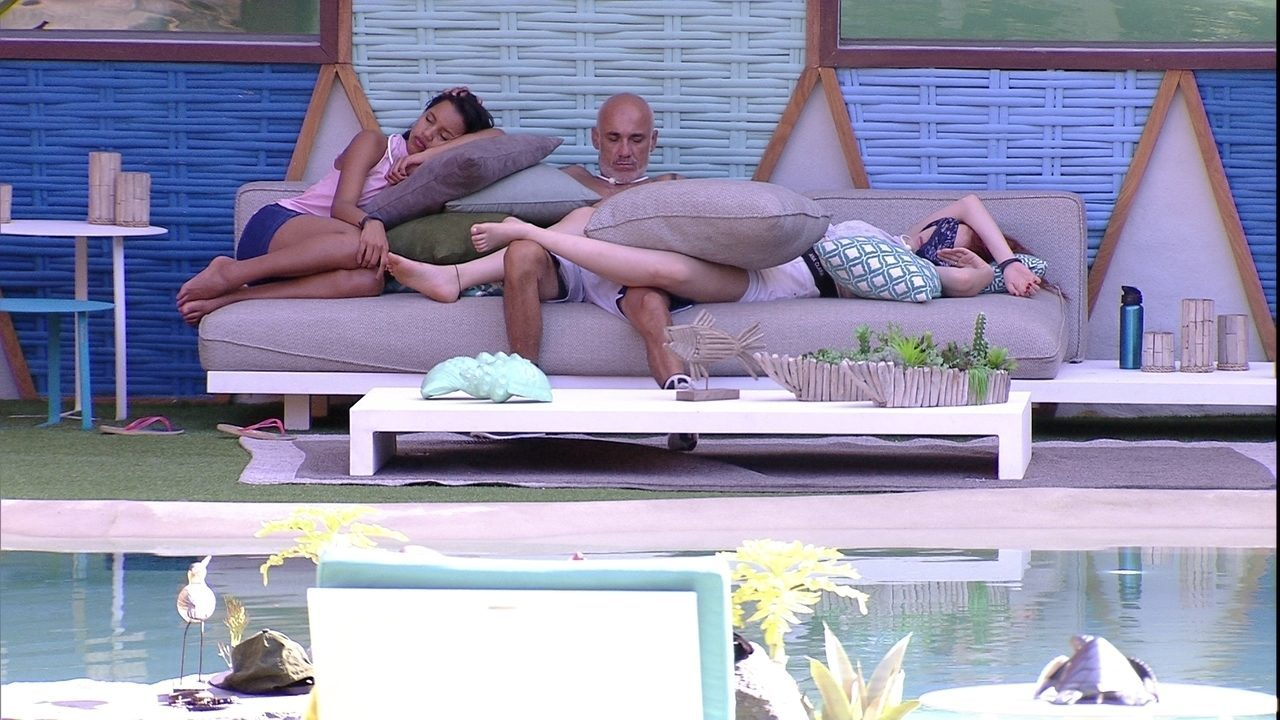 Ayrton dorme sentado, ao lado de Gleici e Ana Clara