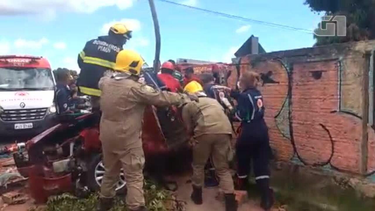 Metrô arrasta carro e motorista fica preso às ferragens após colisão ... 896d5bb3f6b1c