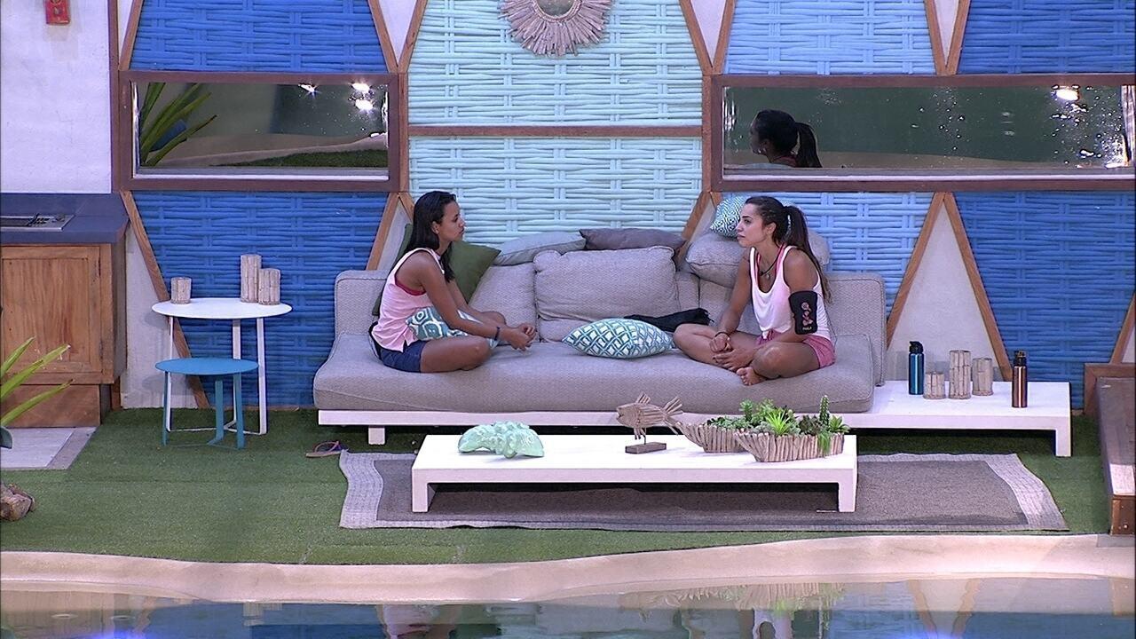 Gleici e Paula conversam sobre suas famílias