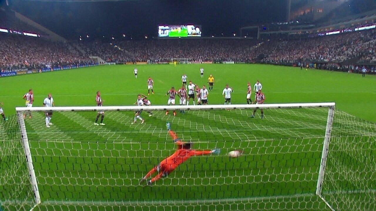 Gol do Corinthians! Rodriguinho sobe mais que a defesa e marca, aos 47' do 2ºT