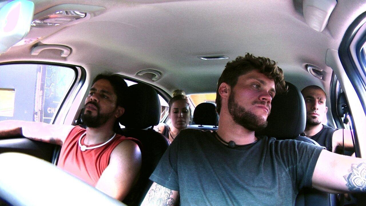 Viegas bate na porta do carro em ritmo de relógio