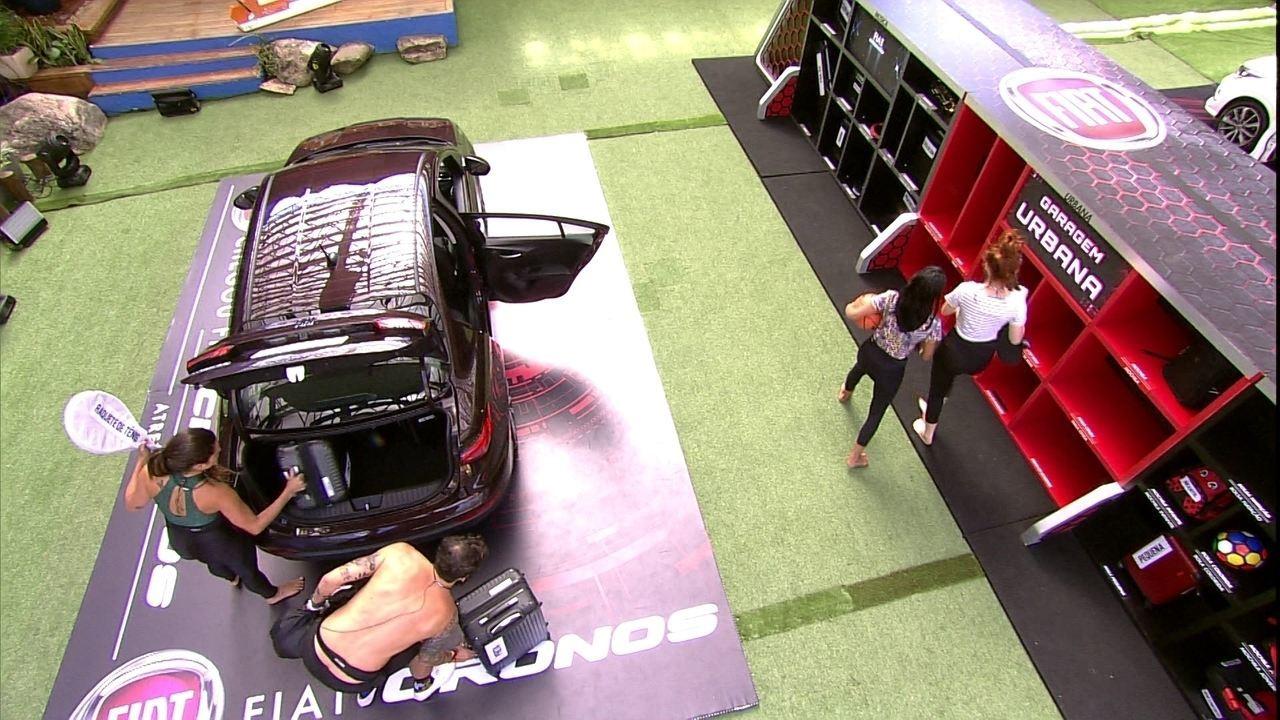Brothers retiram objetos do Fiat Cronos Vermelho Marsala