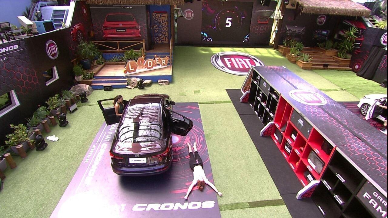Confinados do Fiat Cronos Vermelho Marsala colocam objetos no porta-malas