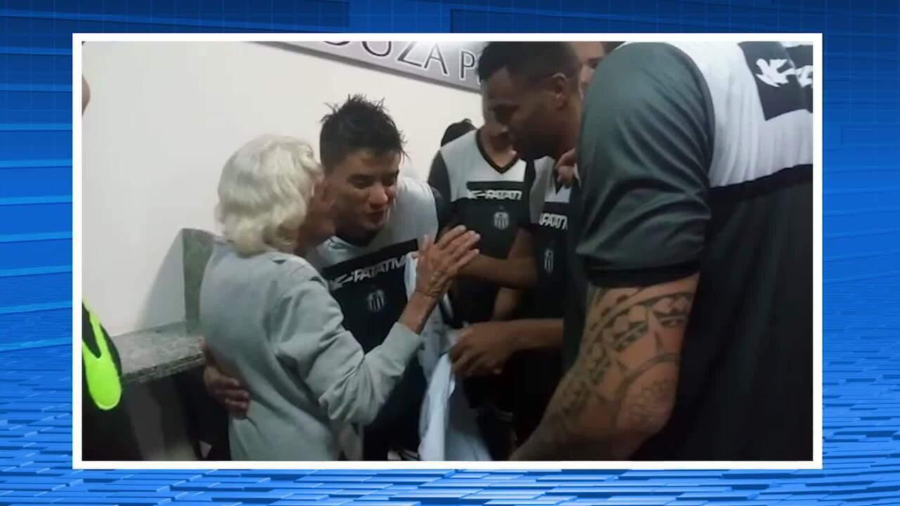 Torcedora de 94 anos realiza sonho e ganha camisa autografada por jogadores do Central