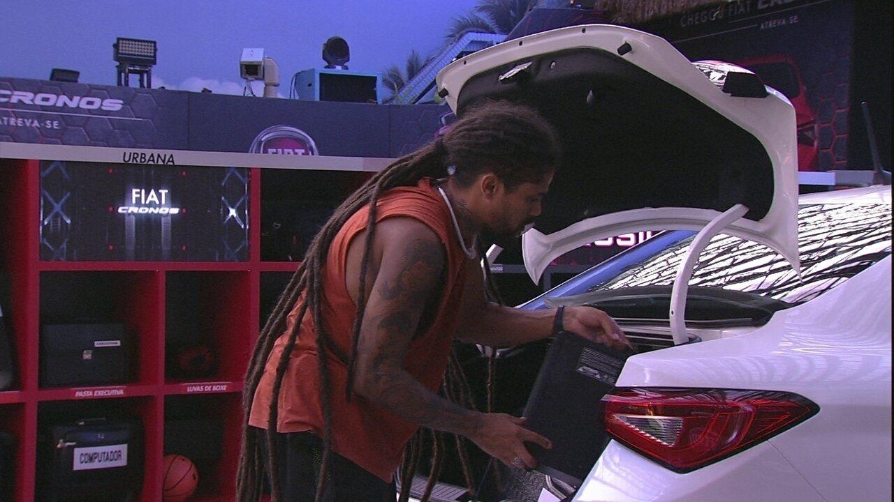 Viegas e Breno colocam objetos no porta-malas do Fiat Cronos Branco Alaska