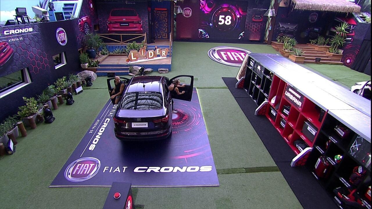 Jéssica e Kaysar enchem o porta-malas do Fiat Cronos Vermelho Marsala