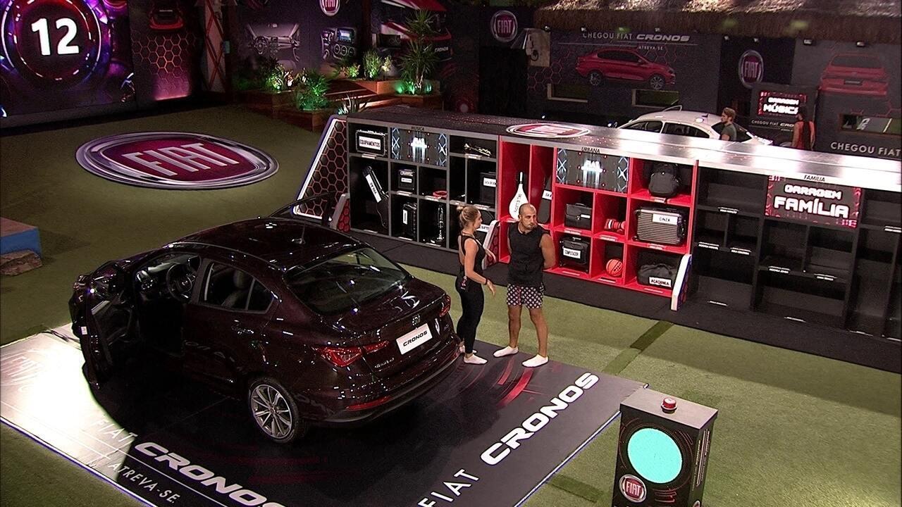 Kaysar e Jéssica acomodam bagagem no Fiat Cronos Vermelho Marsala