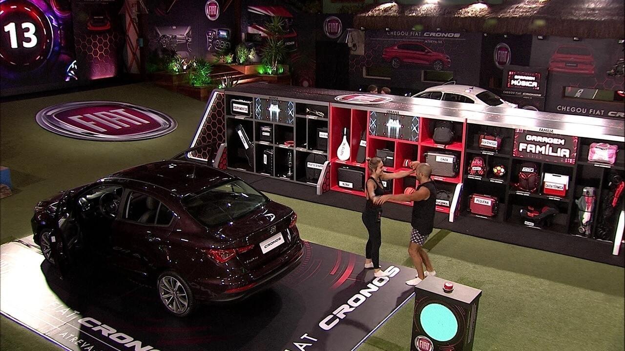 Jéssica e Kaysar dançam após esvaziar porta-malas do Fiat Cronos Vermelho Marsala