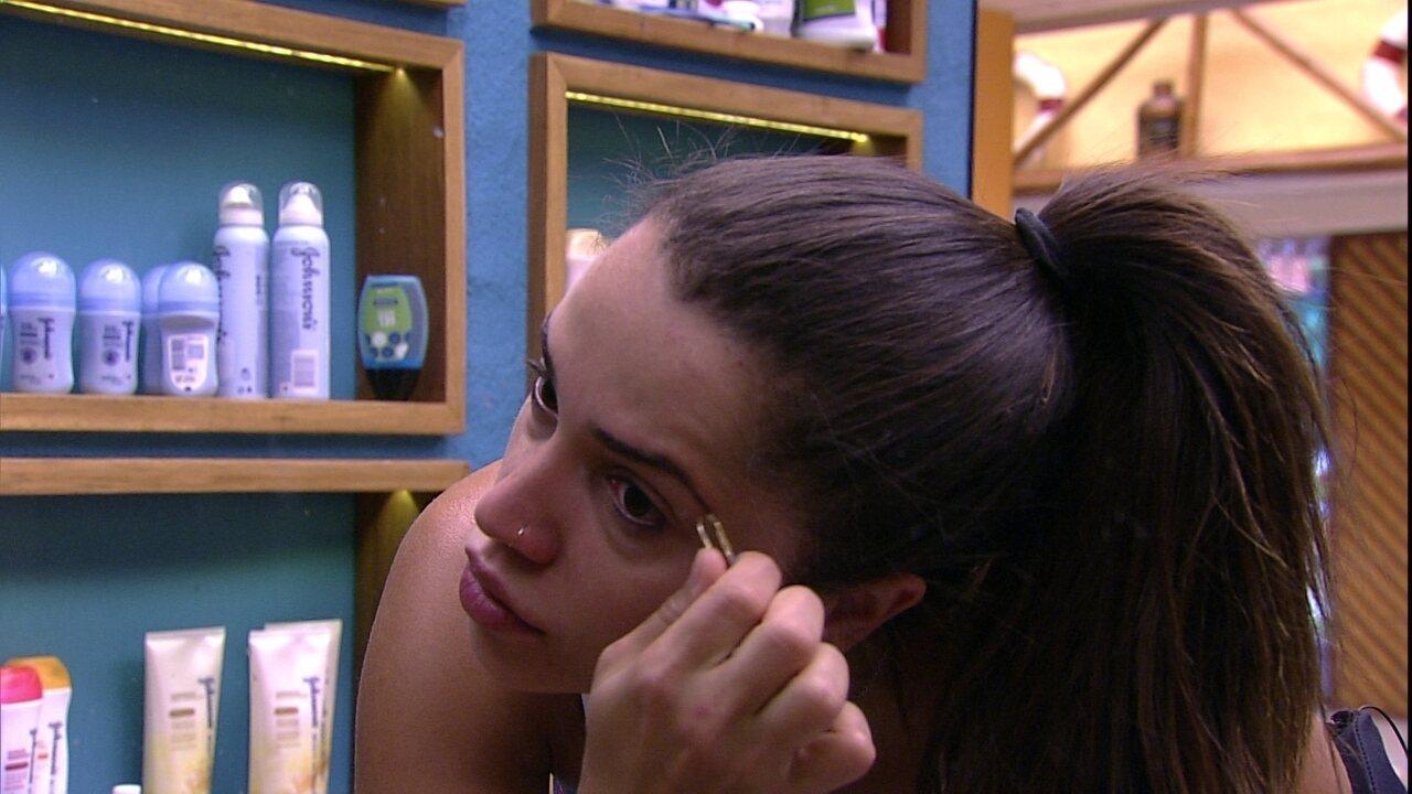 Paula faz a sobrancelha no banheiro