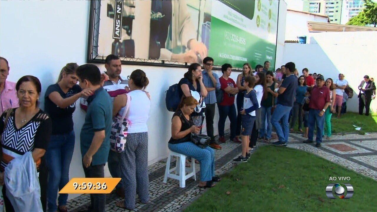 Anhanguera Notícias: população faz fila por vacinas contra H1N1, em Goiânia