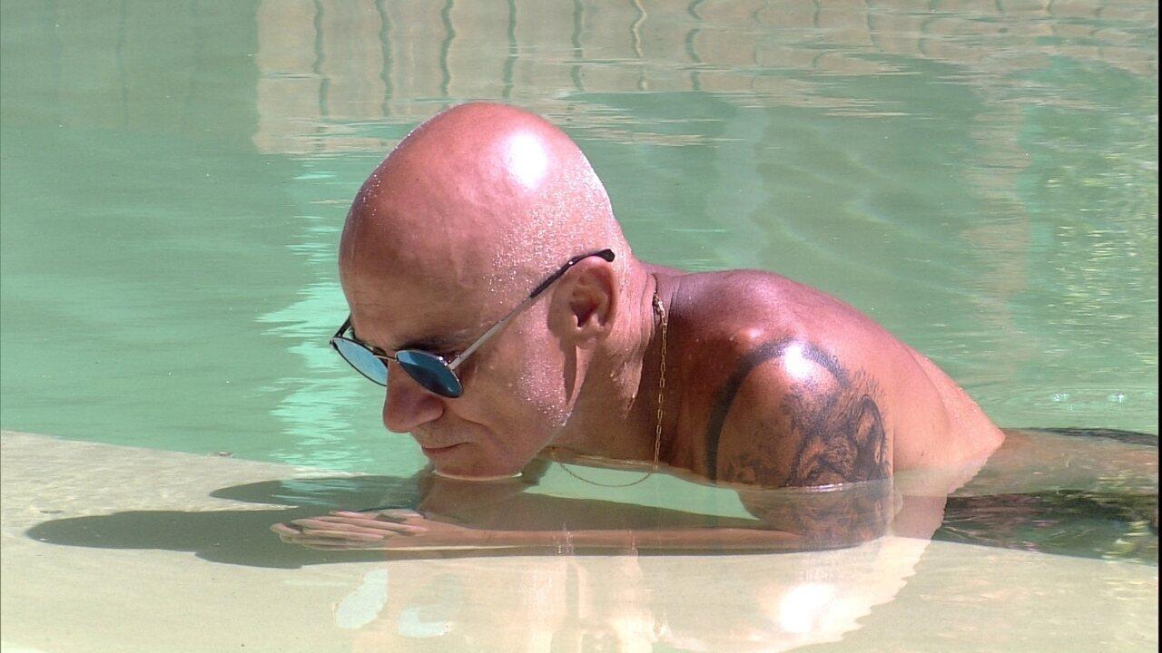 Ayrton fica em silêncio na piscina