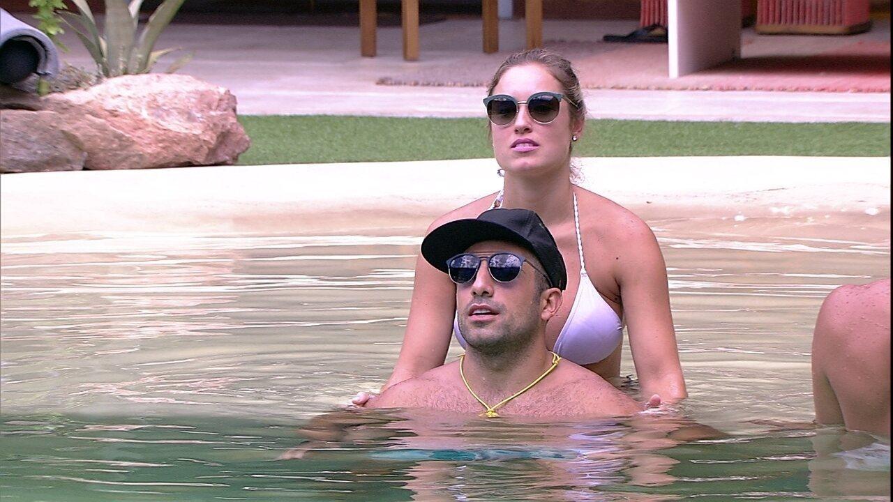 Kaysar ganha carinho de Jéssica na piscina