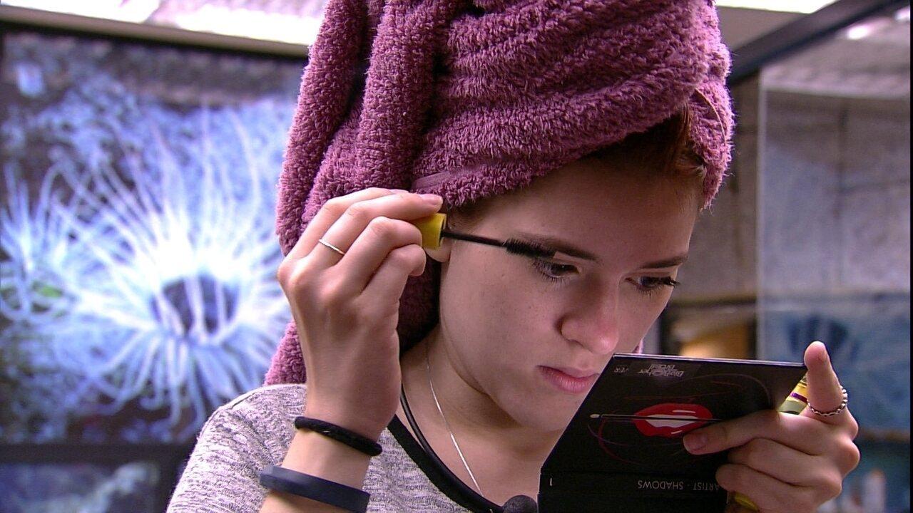 Ana Clara passa máscara de cílios no banheiro da casa