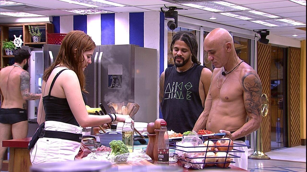 Viegas observa Ana Clara cozinhar e pergunta: 'Esse processo é refogar?'