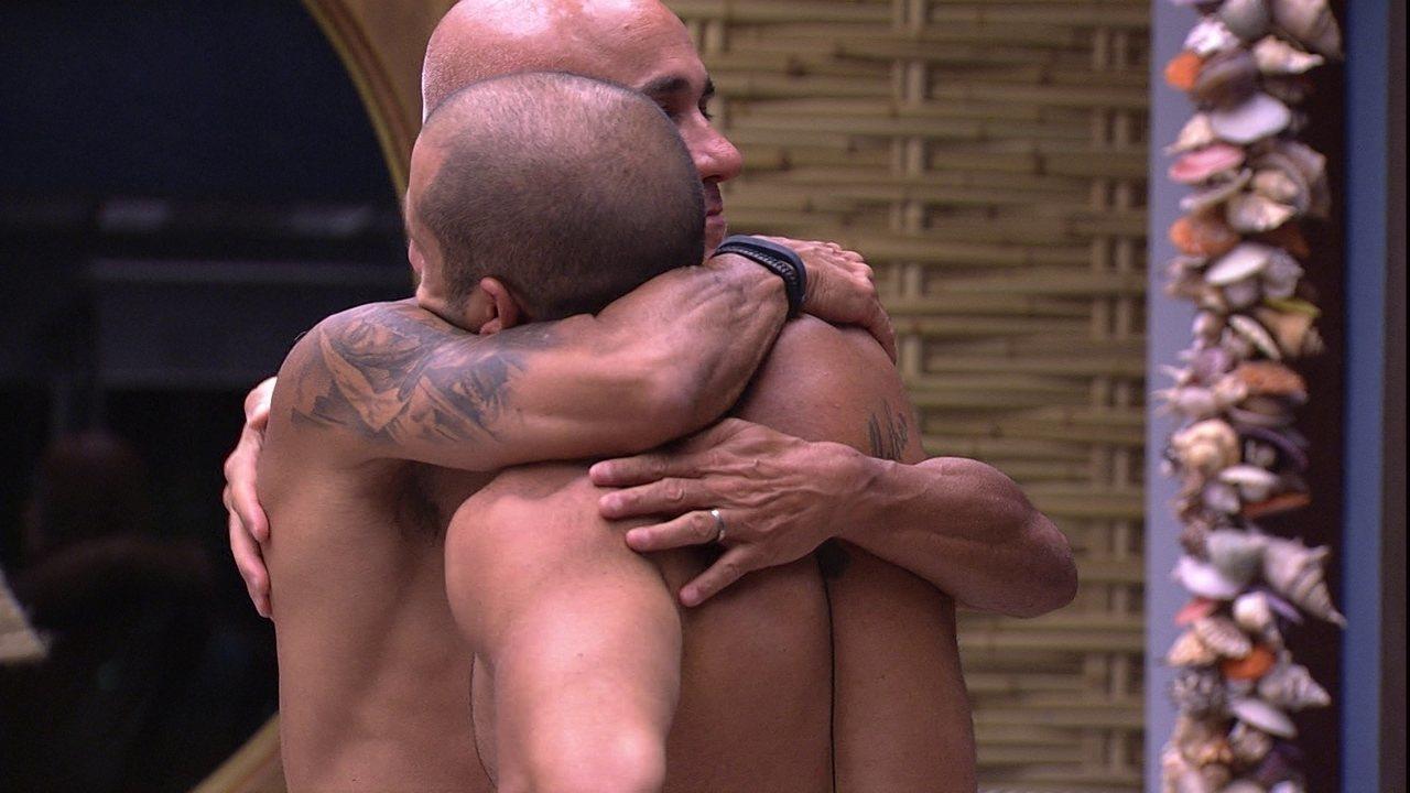 Ayrton e Kaysar se abraçam no Bangalô do Líder e emparedado diz: 'Desculpa'