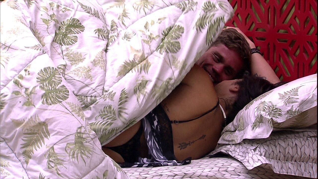 Breno reclama de Paula: 'Eu estava querendo um abraço e ela me coloca edredom'