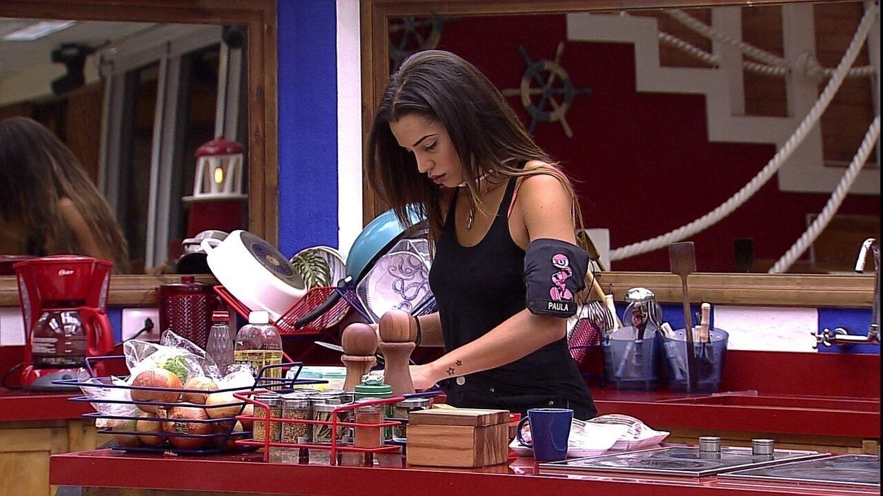 Paula começa a preparar almoço