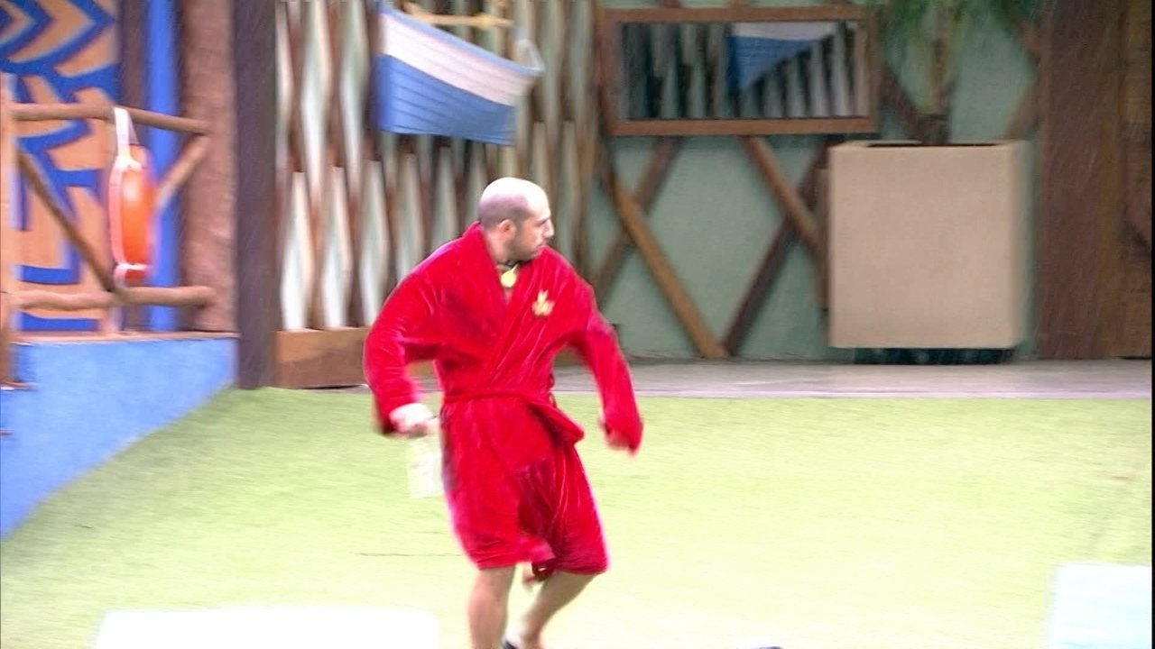 Kaysar sai do Quarto do Líder e desce o gramado correndo