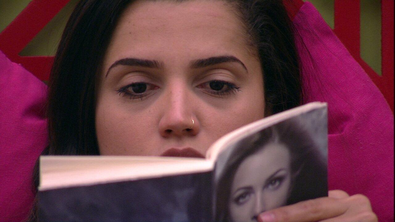 Paula lê no Quarto Tropical