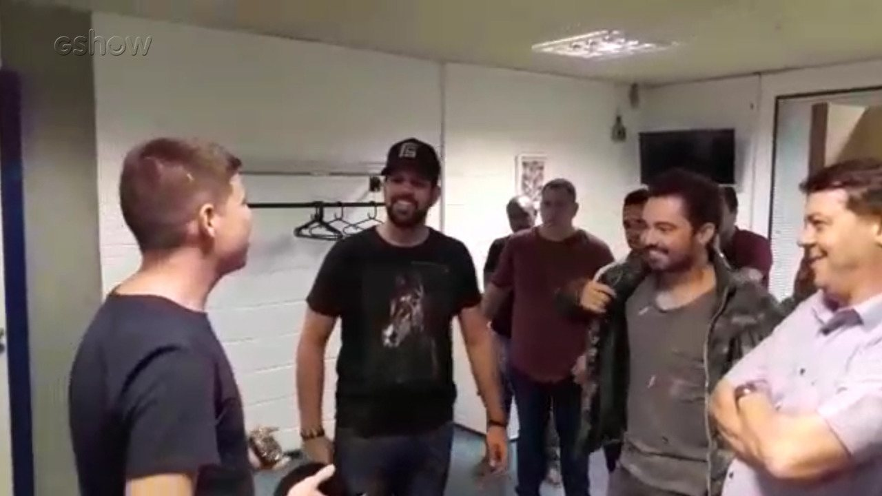 Fernando e Sorocaba aconselham compositor Douglas Leôncio nos bastidores do Caldeirão