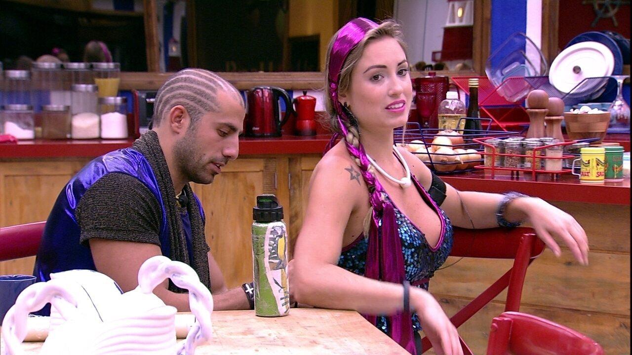Kaysar ajuda Jéssica a se vestir