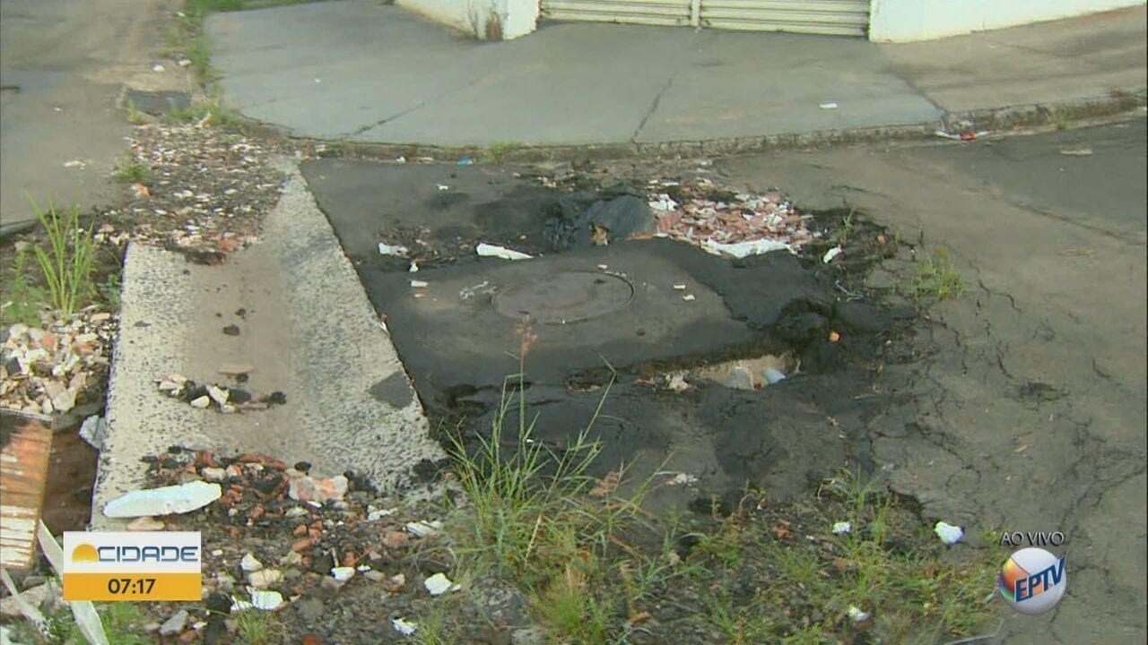 Moradores reclamam da condição do asfalto em bairro de São Carlos, SP