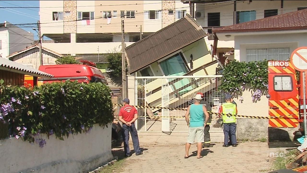 Casa desaba no bairro Pantanal em Florianópolis