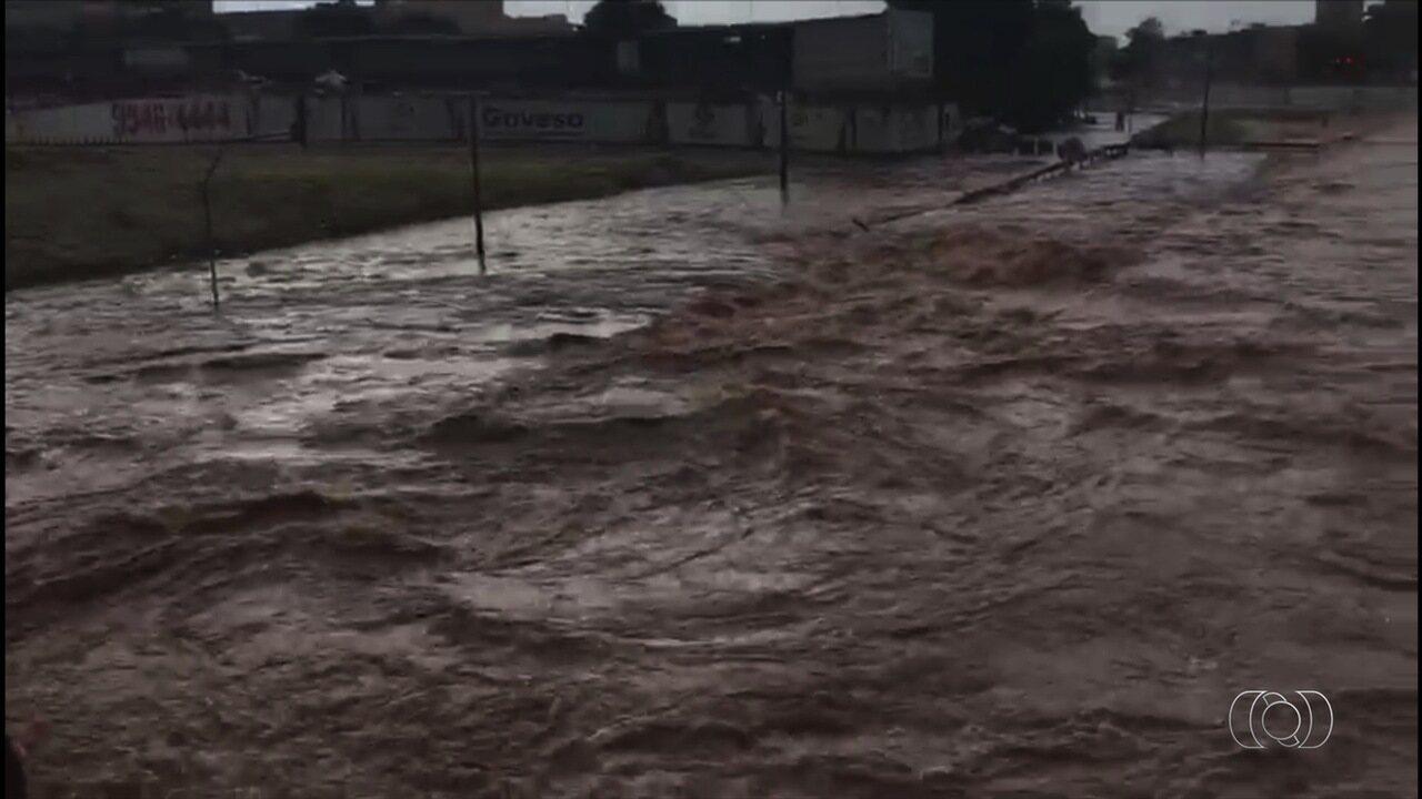 Córrego Botafogo transborda durante chuva e inunda toda a via Marginal, em Goiânia