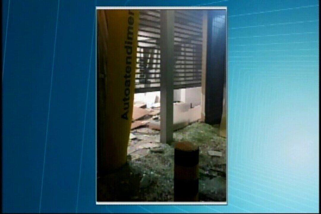 Homens explodem caixa eletrônico no centro de Pains