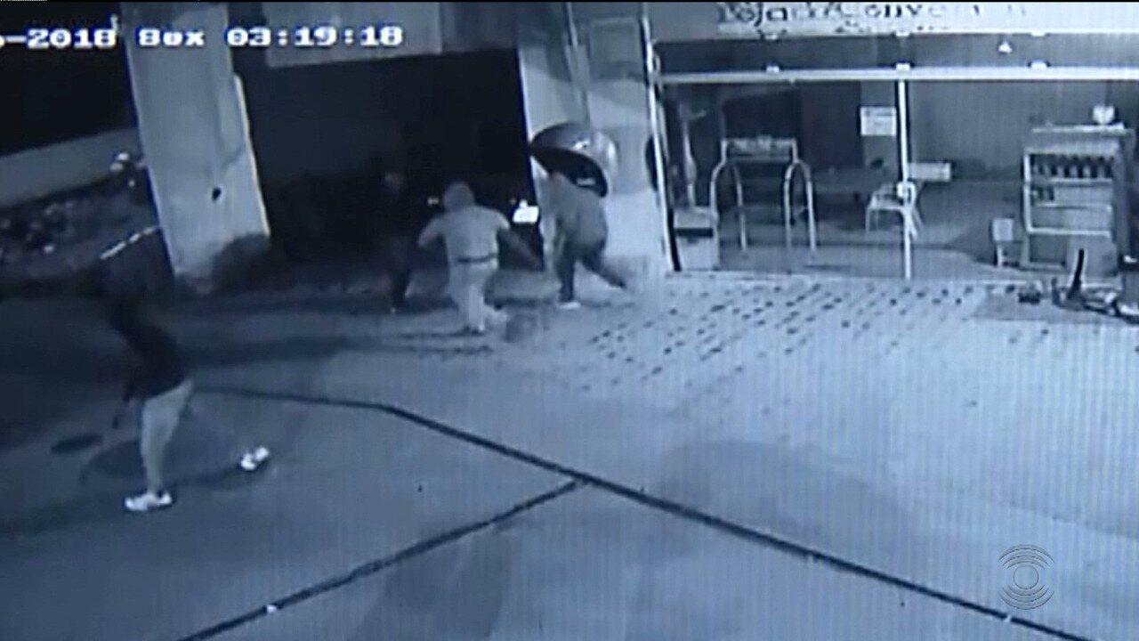 Bandidos atiram em cachorro durante assalto em Campina Grande