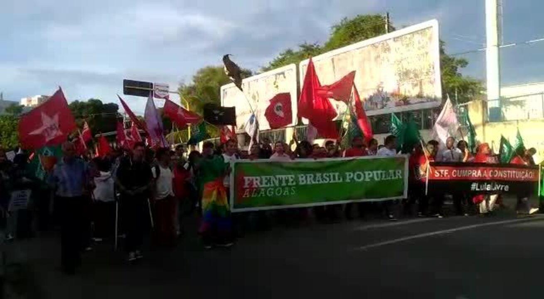 Militantes marcham em Alagoas em favor do ex-presidente Lula, contra mandado de prisão