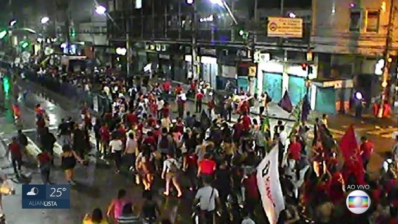 Manifestantes demonstram apoio a Lula com passeata no Recife