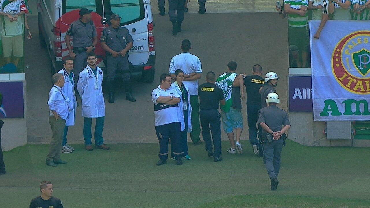 753103cd80 Torcedor do Palmeiras invade gramado da arena e é vaiado pelos outros  palmeirenses