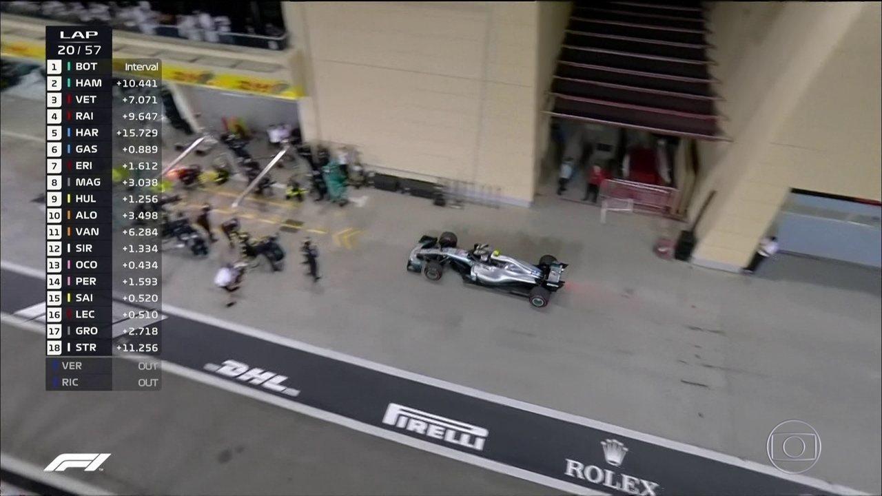 Bottas troca os pneus e volta na frente de Raikkonen