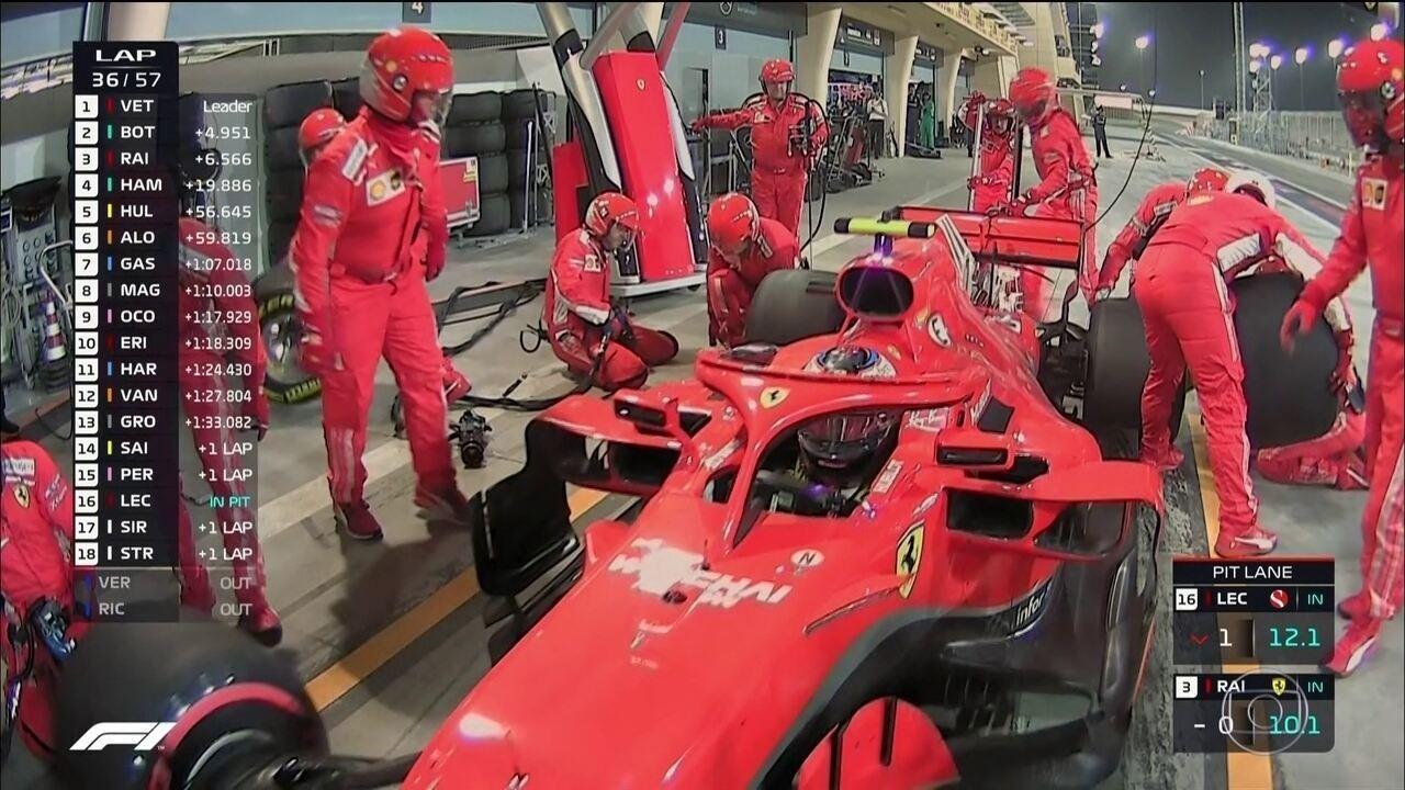 Ferrari erra, Raikkonen atropela mecânico e acaba abandonando a prova