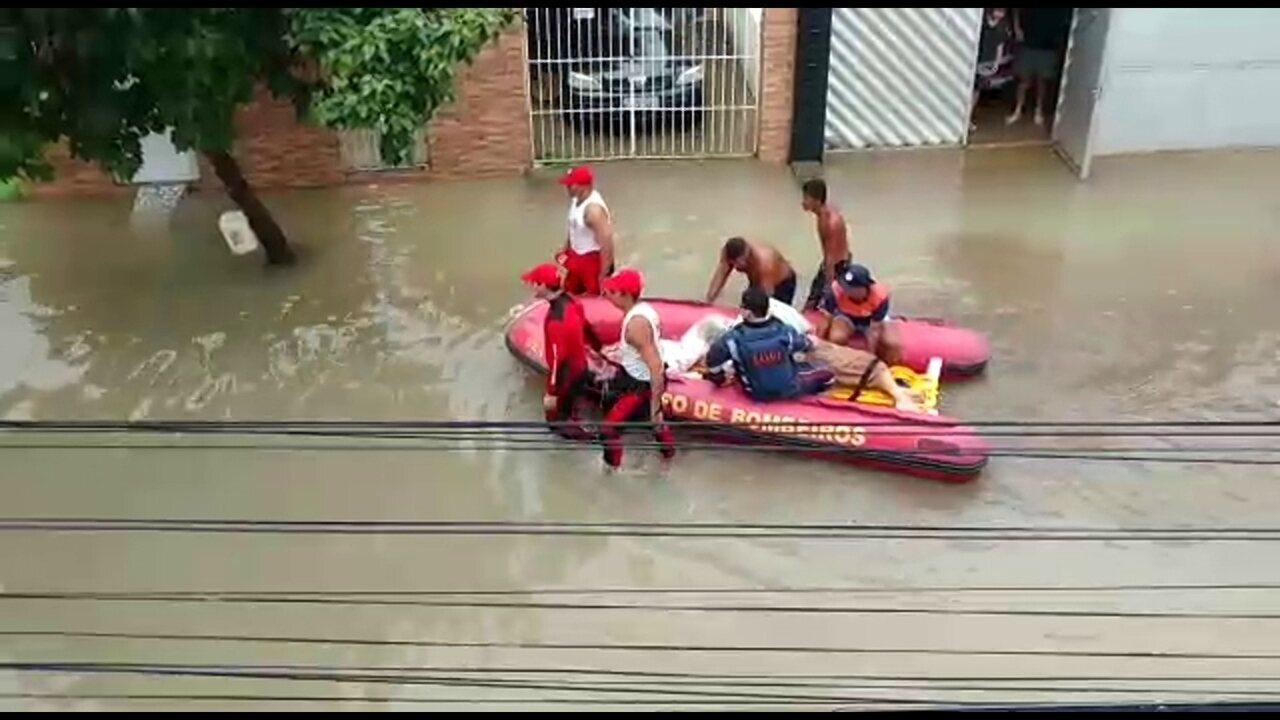 Bombeiros resgatam família ilhada por causa da chuva no Recife