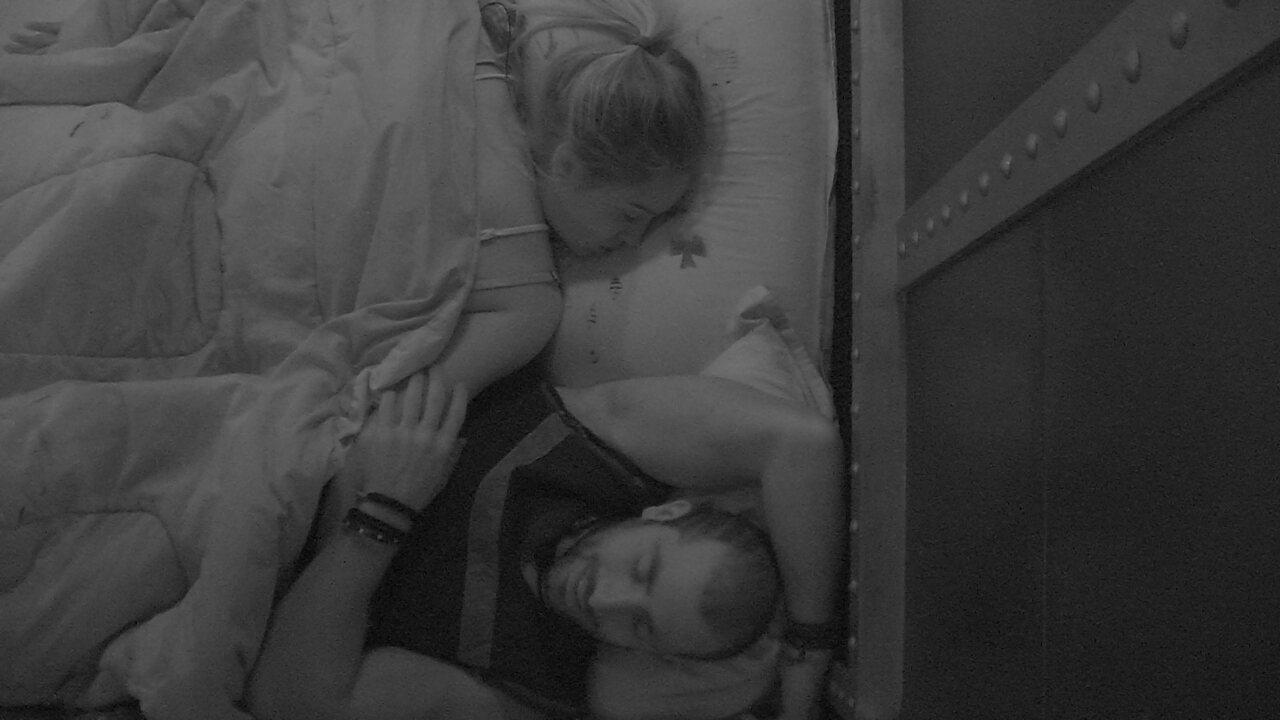 Jéssica e Kaysar dormem juntos no Quarto Submarino